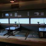 梅田屋 - 店内は座敷とテーブル席があります