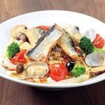 ピッツェリア - 秋刀魚ときのこのアクアパッツァ風パスタ