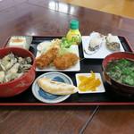 漁師の海鮮丼 - 牡蠣丼セット:牡蠣丼、生牡蠣2ヶ、牡蠣フライ2ヶ、笹かま、冷奴、漬物、味噌汁