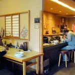 らぁめん登里勝 - 店内(テーブル席とカウンター)