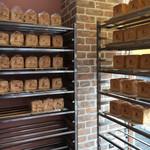 食パン工房 春日 - 美味しそうなパンが並んでいます
