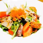 鉄燻CHOI URASAN - 燻製いろいろ海の幸と京水菜のシャキシャキサラダ 780円