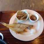 一言堂 - モーニングめのはご飯セット500円、笹カレイ、牛蒡炒め、なめ茸