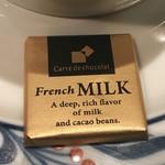 58454100 - 森永のチョコレートが添えられてました。