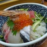 海鮮丼の駅前 - 海鮮丼(590円)