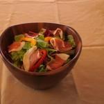 生ハムと彩り野菜のボールサラダ