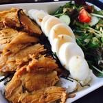 カフェ 彩の森 - ポーク+ゆで卵+たっぷりサラダ!