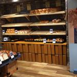 アール・ベイカー - 朝一だったので、棚にはパンがない所も(>_<)