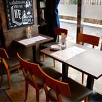 あらびき - 窓際のテーブル席