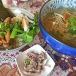 WAIWAI アジアのごはんやさん - タイラーメン&アドボ丼(日替わり)