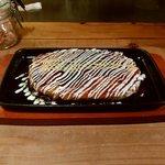 オコノミヤキグッド - いかぶた 800円 鉄板にのせて提供されます