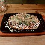 オコノミヤキグッド - 料理写真:いかぶた 800円 熱々の鉄板にのせて提供されます