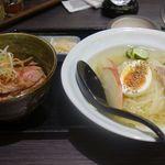 仔虎 - 今回は冷麺とミニ丼のセット1400円をオーダー。ミニ丼はローストビーフ丼を選択しました。