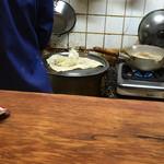 居酒屋おそ松 - 麺の寸胴とスープの鍋