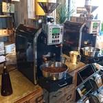 コナズ珈琲 - 入口入ると焙煎機が3台も並んでいます