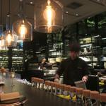 ザ・カフェ by アマン - 照明が美しいカウンター