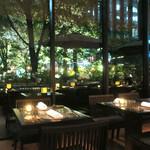 ザ・カフェ by アマン - 窓の向こうにテラス