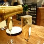 トラットリアチッチョ - なみなみスパークリングワイン500円