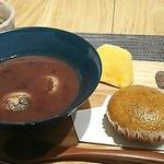 和がし圓左 - ぜんざいと味噌饅頭と柿、珈琲、この他アイスクリームが付きます。