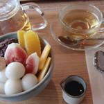 カフェ イモアン - 料理写真:あんみつ(600円) ハーブティ(400円)