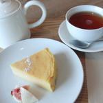 58492784 - オレンジ芋のチーズケーキ(400円) 紅茶(400円)