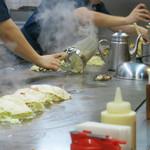 みっちゃん総本店 - 茹で上げた麺にラードを差して焼く