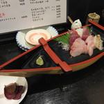 琉球ダイニング ふぁいみーる - サービスの刺身盛り合わせ(100円)