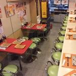 名代串揚げ松葉 コース制串かつ - テーブル席は4人掛けが2席