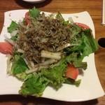 海鮮居酒屋 海小屋 - ジャコと大根のサラダ