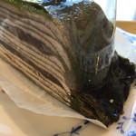 58507029 - ケーキの端っこ、ミドリがドロっとたまって不気味^_^
