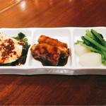 58511382 - 前菜3品                       鶏胸肉と若布                        豚肉の黒酢酢豚                       蕪の炒め物
