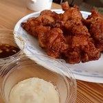 満点屋 - 料理写真:唐揚げ(テイクアウト:2パックを皿盛り);たれとマヨ(玉葱入り)を一つずつ付けて貰いました @2016/11/05