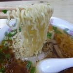 三忠食堂 - スープがしっかり絡む縮れ麺