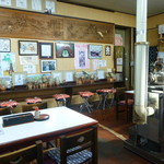三忠食堂 - ストーブを中心に趣きのある店内