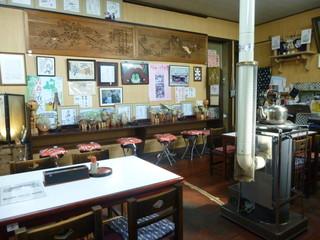 三忠食堂 本店 - ストーブを中心に趣きのある店内