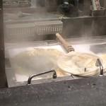 丸亀製麺 - うどん茹でてる