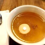 Youshokuyanakamura - セットの玉ねぎスープ。天井のダウンライトが映り込んでいます(笑)