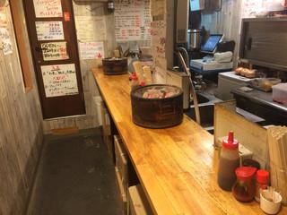 立ち食いジンギスカン はや川 - カウンターのみの狭い店内です。