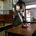 中西食堂 - 小上がりとテーブル席