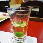 むさし - まずは、みなさんと 食前酒(梅酒)で乾杯です。焼酎に使った梅も美味しいです。