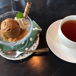 58527016 - ドリンク&ミニデザート♡ホットの紅茶とメープルアイス