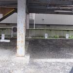 58546712 - 駐車場、前の小路は狭いのでご用心