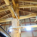 常陸屋 - 柱と梁がむき出しの高い天井