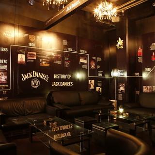 壁一面のジャックダニエルの歴史がお洒落な個室空間!