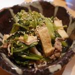 くろまめ - 小松菜と油揚の煮びたし650円。
