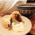 ひとところ カフェ - 季節のスコーン(無花果)  はちみつシナモンクリーミーチャイ