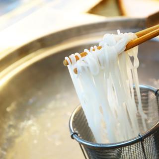 お米と水のみを使用した100%無添加の自家製ビーフン麺!
