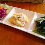 SUKA - キャロットラペ・紫キャベツのピクルス、ポテサラ、青菜とキノコのペペロンチーニ