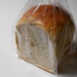 上町トースト倶楽部 - 食パン イチジク 442円 一見プレーンな食パンに見えるが違うんです。 H27.9.8