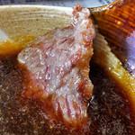 ひさご食堂 - 焼けた肉にタレを付けて(2016年11月)